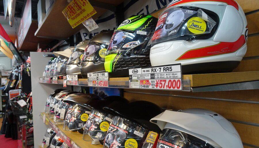 バイクショップのヘルメット陳列棚